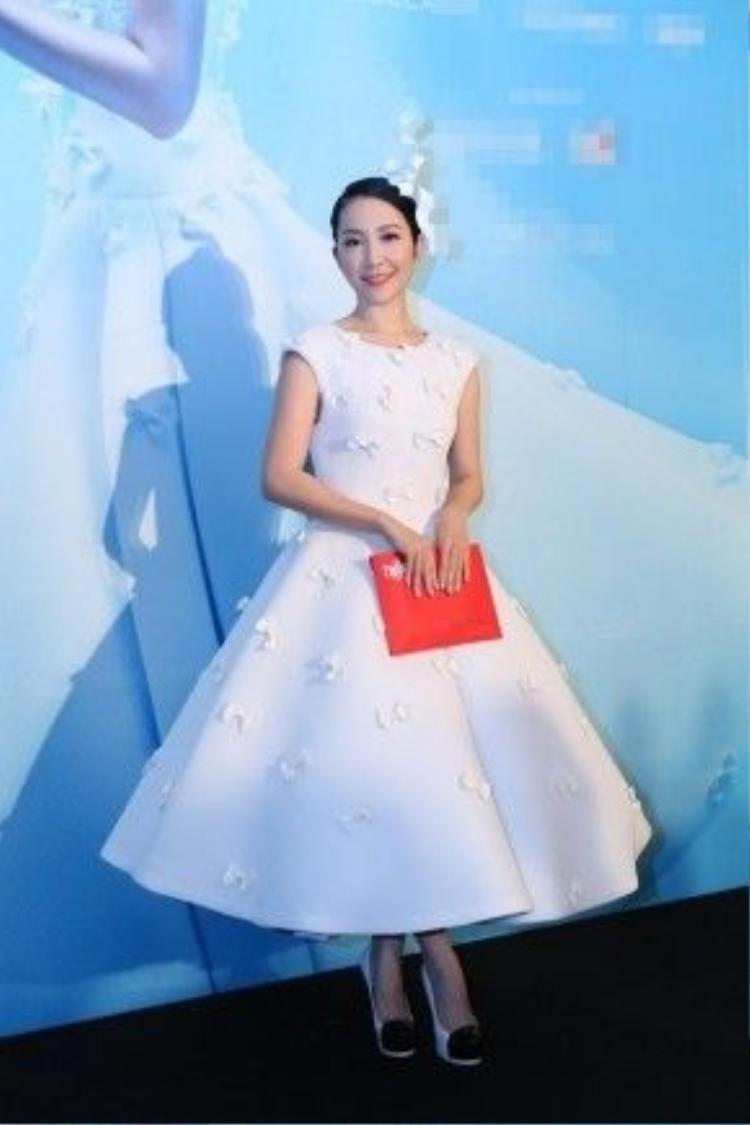 Sự thanh lịch, đơn giản và sang trọng trong phong cách thời trang luôn là yếu tố giúp Linh Nga tỏa sáng và ghi điểm.