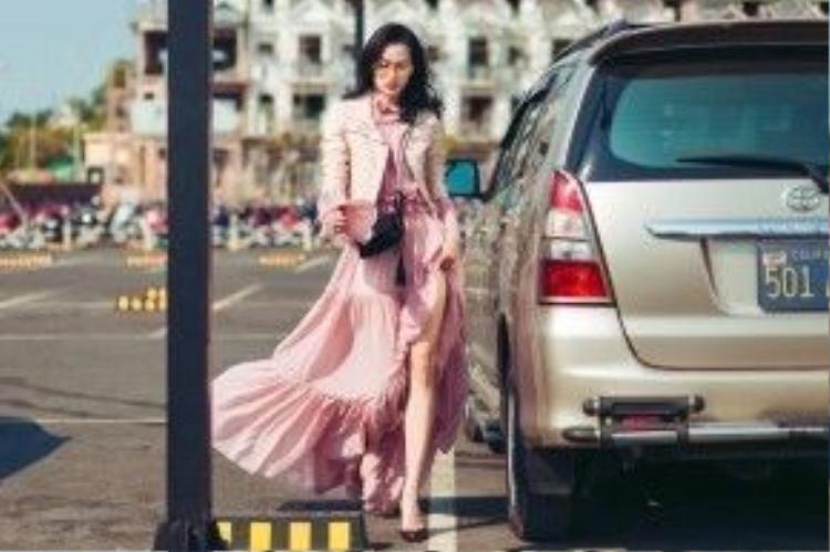 """Người mẫu, BTV thời trang Trương Thanh Trúc diện style xuống phố lần này được đánh giá rất cao, các tín đồ mê làm đẹp phải gật gù công nhận set đồ này mới chứng tỏ cô chính là một fashionista thực thụ của làng mốt. Chiếc váy dài chấm gót màu hồng thạch anh kiểu bèo nhún của NTK Huy Trần được Thanh Trúc mix-matchnhuần nhuyễn với leather jacket. Cô nàng đã phá vỡ mọi luật lệ của thời trang đường phố rằng đầm dạ hội có thể """"bưng"""" được xuống phố đấy!"""