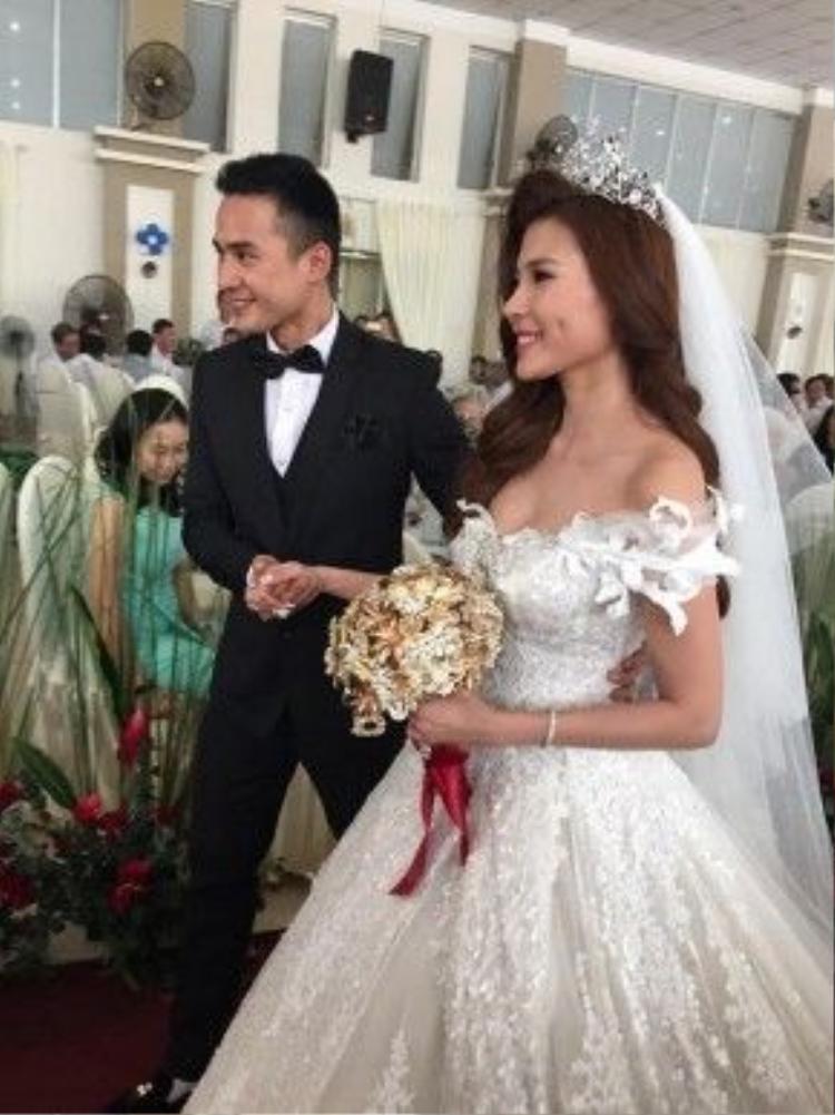 Chú rể Lương Thế Thành cười hết cỡ khi cưới được cô vợ xinh đẹp, đảm đang.