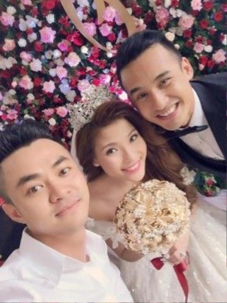 Cô dâu - chú rể chụp ảnh cùng với nam diễn viên Bảo Sơn.