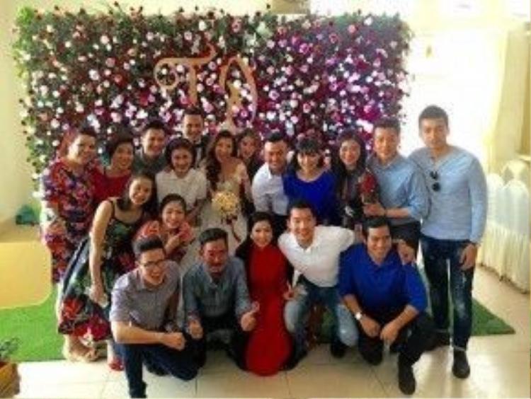 Rất đông đồng nghiệp, bạn bè thân thiết có mặt ở đám cưới tại Tiền Giang.