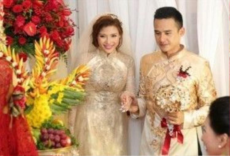 Vợ chồng Thúy Diễm - Lương Thế Thành diện áo dài sang trọng của nhà thiết kế Anh Thư trong lễ đón dâu.