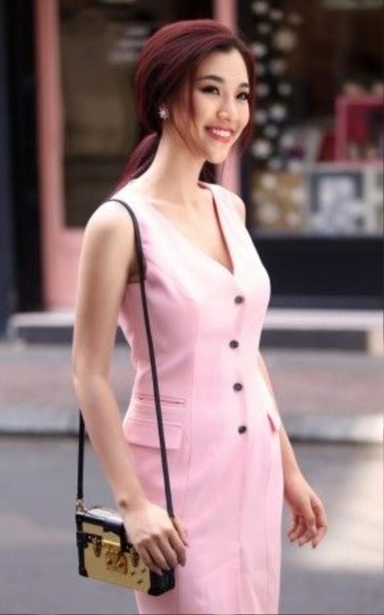 Hoàng Oanh hóa thân thành một fashionista thực thụ với váy lửng dáng ôm sát với gam hồng pastel thịnh hành.
