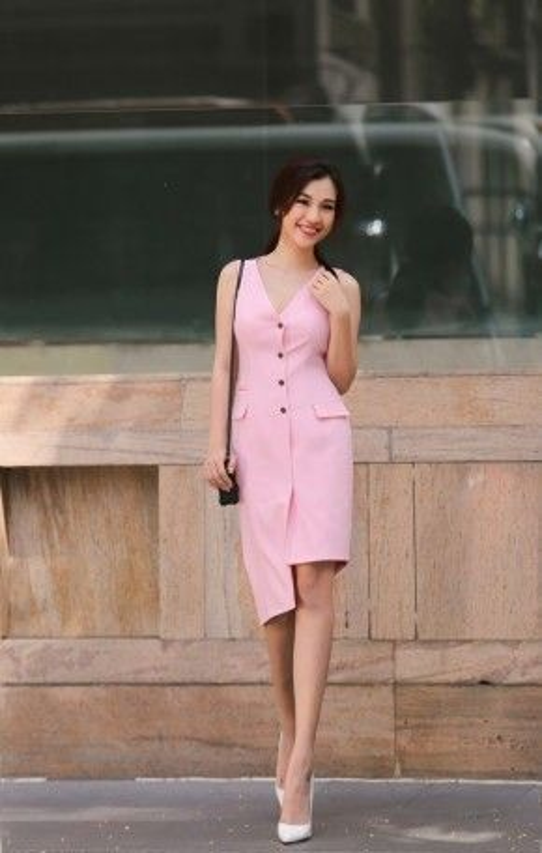 Với nụ cười tỏa nắng và gương mặt trang điểm tông nude, Hoàng Oanh toát lên vẻ yểu điệu, mơ màng như một quý cô phong cách giữa phố thị Sài Gòn.