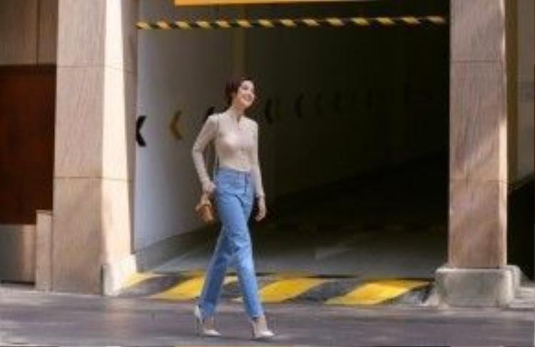 Trong bộ cánh đầu tiên, nữ MC như hóa thành một cô thanh lịch với thiết kế quần jeans dáng suông, áo màu nâu camel.