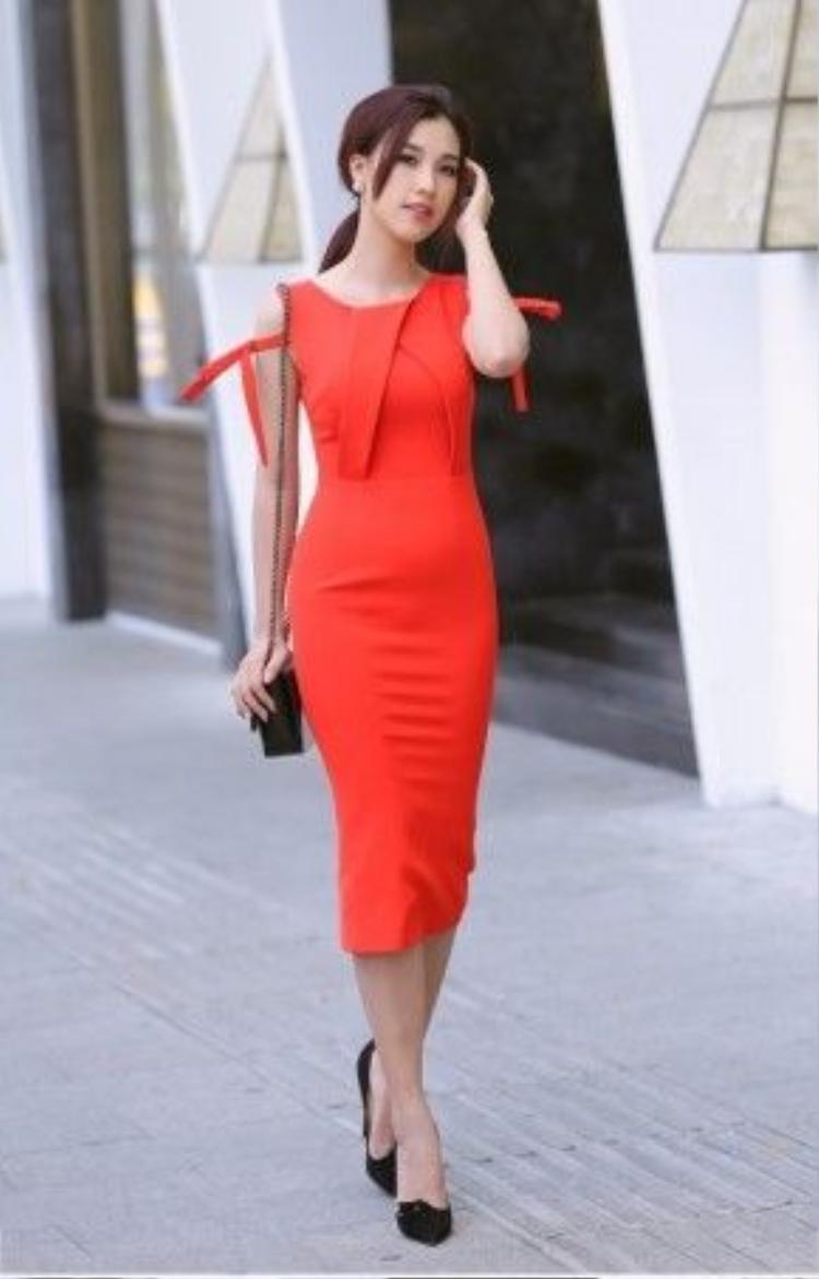 Váy màu đỏ cam là lựa chọn táo bạo ra khỏi phạm vi màu nhẹ nhàng từ đầu bộ ảnh. Đỏ cam sẽ dẫn đầu xu hướng màu sắc cho mùa Xuân Hè 2016 và tiếp tục thâm nhập tủ đồ của những cô nàng sành điệu.