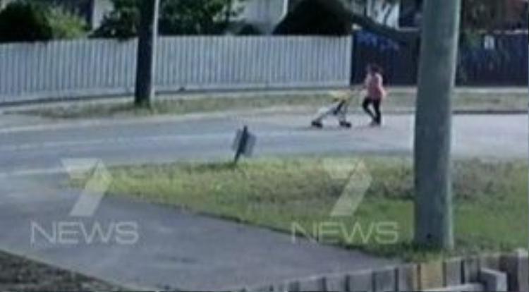 CCTV cho thấy người mẹ vào công viên cùng con gái