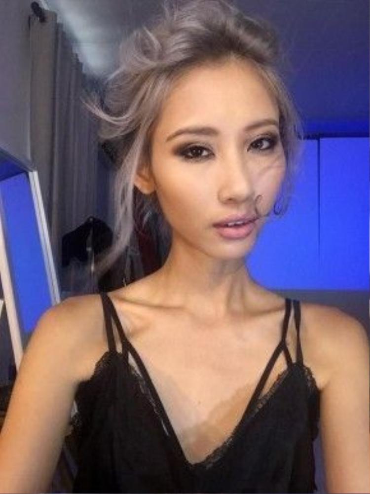 Ngoài gương mặt góc cạnh lạ, Hằng Nguyễn còn sở hữu đôi xương quai xanh vô cùng sexy.