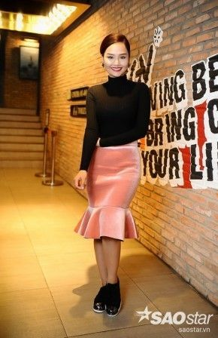 Miu Lê diện phong cách trẻ trung và năng động thường thấy của cô nàng trong buổi họp báo.
