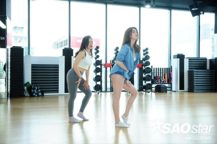 Ngọc Trinh phanh áo khoe eo 56 trên sàn tập Bước nhảy hoàn vũ 2016