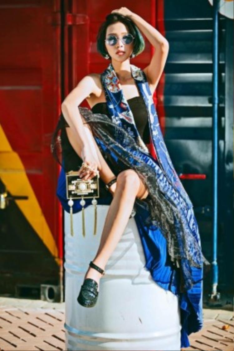 Fashionista Diệp Linh Châu biến hóa bay bổng cùng họa tiết boho. Cách sắp xếp những mảng màu, họa tiết, phụ kiện đi kèm của cô nàng không hề rối mắt và vẫn khiến mình nổi bần bật giữa đám đông.