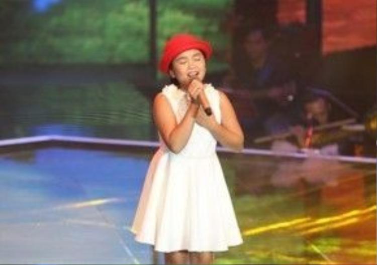 Cô bé cũng đầy da diết và trong sáng khi thể hiện ca khúc của nhạc sĩ Minh Vy.