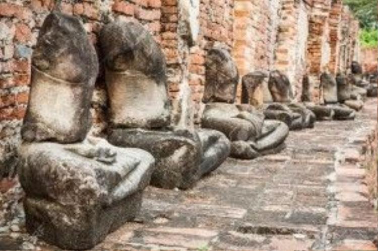 Điều đặc biệt nhất ở Ayutthaya ngày nay chính là hàng trăm tượng Phật không đầu. Phần lớn trong đó bị phá hủy bởi những tay trộm cướp và bán lại cho các nhà sưu tập đồ cổ đến từ Mỹ và châu Âu. Ảnh: 123rf.
