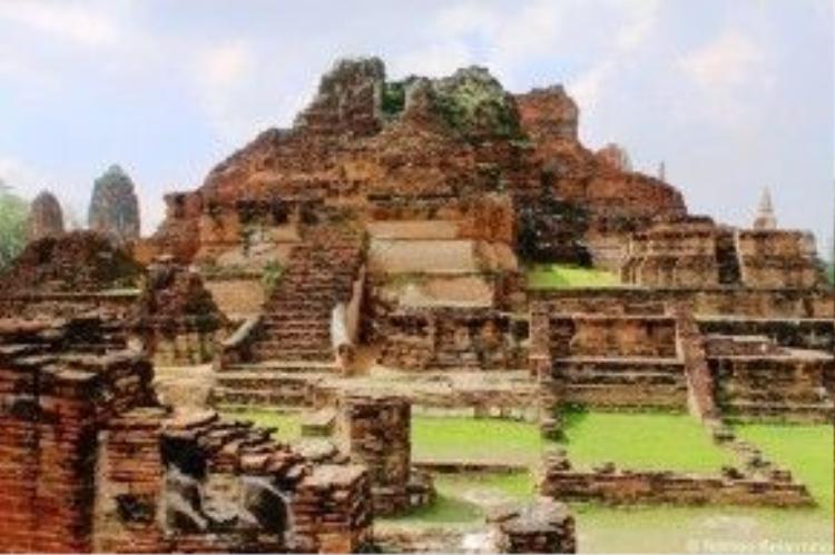 Ayutthaya từng được xem như thành phố mạnh nhất khu vực Đông Nam Á từ năm 1351 đến 1767, cho đến khi quân đội Miến Điện xâm lược và phá hủy tất cả. Ayutthaya phồn thịnh trở thành một thành phố hoang tàn, phụ nữ bị bắt đi còn đàn ông bị giết chết. Ảnh: Katherine Belamino.