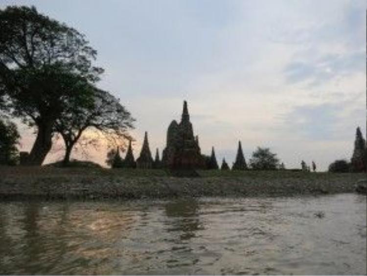 Ayutthaya là vị trí giao thương hoàn hảo khi được bao bọc bởi 3 con sông Chao Phraya, Lopburi và Pa Sak, đồng thời tập trung nhiều thương nhân trên thế giới như Ả Rập, Trung Quốc, Ấn Độ, Nhật Bản, Bồ Đào Nha, Hà Lan và Pháp. Các thương gia đến từ châu Âu đều nhận xét Ayutthaya là thành phố tốt nhất họ từng thấy. Cuộc xâm lược của người Miến Điện đã biến phần lớn đền đài, cung điện, tượng Phật thành đống tro tàn, gây nên sự mất mát to lớn cho toàn thể nhân loại. Ảnh: Around this world.