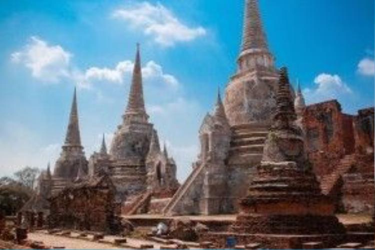 Ayutthaya giờ đây chỉ là một phế tích với những quần thể chính như Wat Phra Si Sanphet, Viharn Phra Mongkol Bopit, Wat Phra Mahathat, Wat Ratchaburana, Wat Thammikarat, Wat Phra Ram và Wat Borom Phuttharam. Đường phố vẫn giống như 700 năm về trước với nhiều di tích đổ nát, tạo cho du khách cảm giác như đang lạc vào trong dòng lịch sử. Ảnh: Thousand wonders.