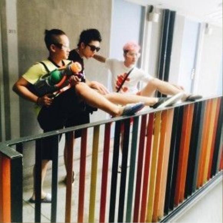 Huy Khánh Kelvin và Thanh Duy khởi động trước khi đi té nước.