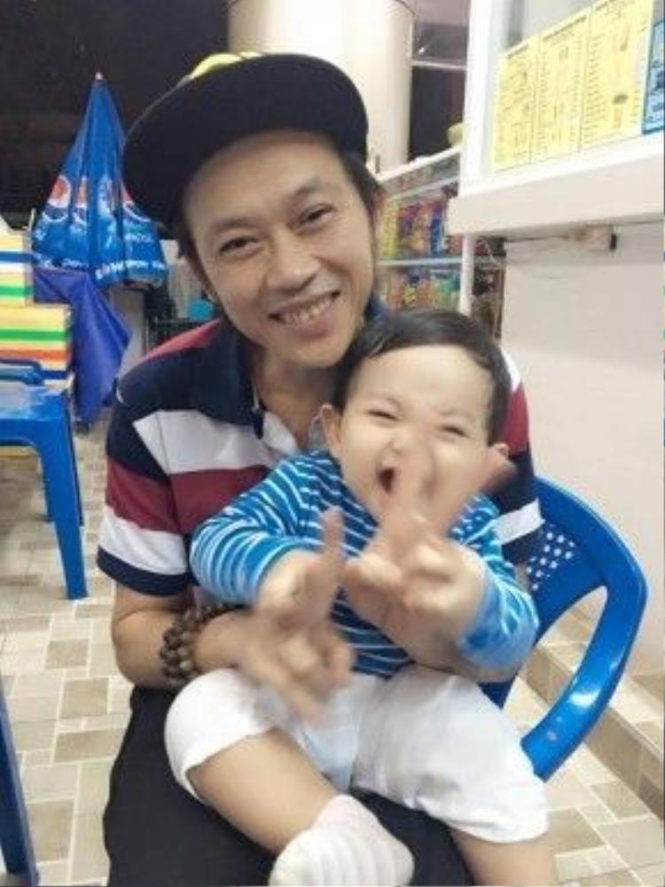 Nụ cười cực yêu của Kubi - con trai Khánh Thi khi được bác Hoài Linh bế.