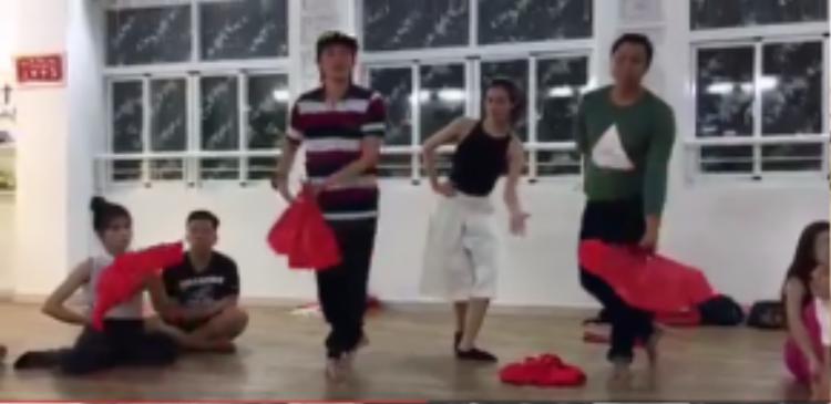 Hoài Linh đến trung tâm dạy nhảy của Khánh Thi để hướng dẫn cho Khánh My luyện tập.