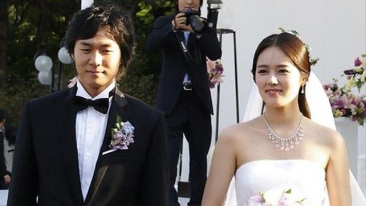 Vợ chồng Han Ga In đón con đầu lòng sau 11 năm cưới