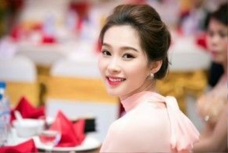 Hoa hậu Việt Nam 2012 Đặng Thu Thảo đẹp nao lòng với cặp chân mày ngang hợp xu hướng.