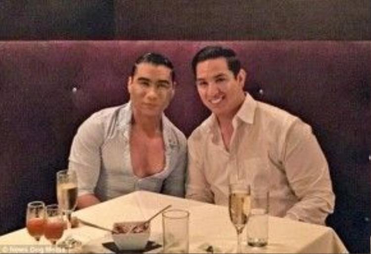 Hai vợ chồng thường đi dùng bữa bên ngoài tại các nhà hàng xa xỉ.