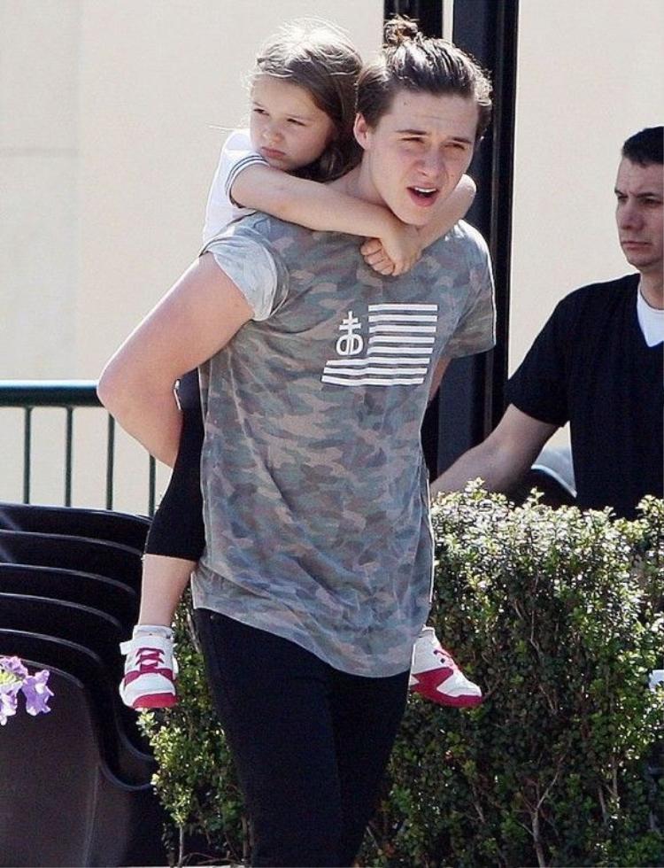 Anh trai hoàn hảo Brooklyn Beckham dịu dàng cõng Harper đi chơi