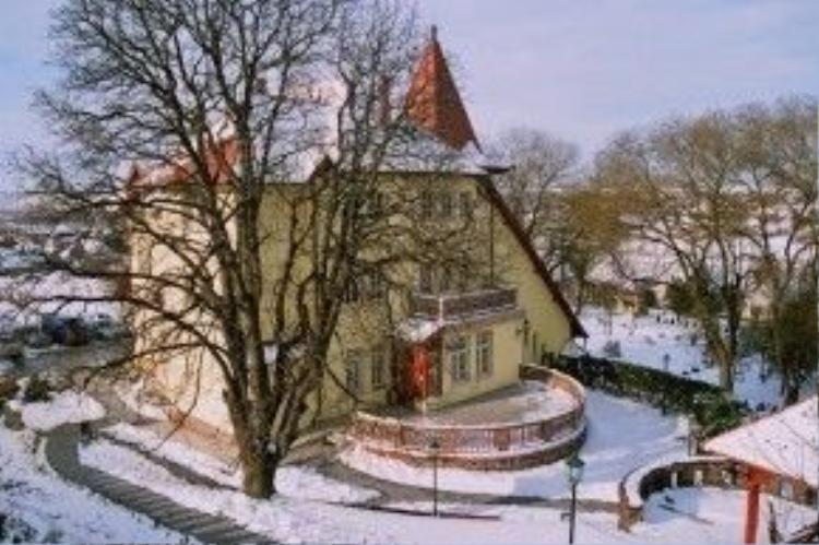Mùa hè thời điểm lâu đài đón rất đông du khách đến nghỉ dưỡng, trong khi mùa đông, những người mê săn bắn từ Áo, Italy, Đức đổ về đây vì lâu đài nằm gần khu rừng săn lớn nhất Hungary.Khoảng 70% du khách của lâu đài là người Hungary, còn lại là từ các nước khác.