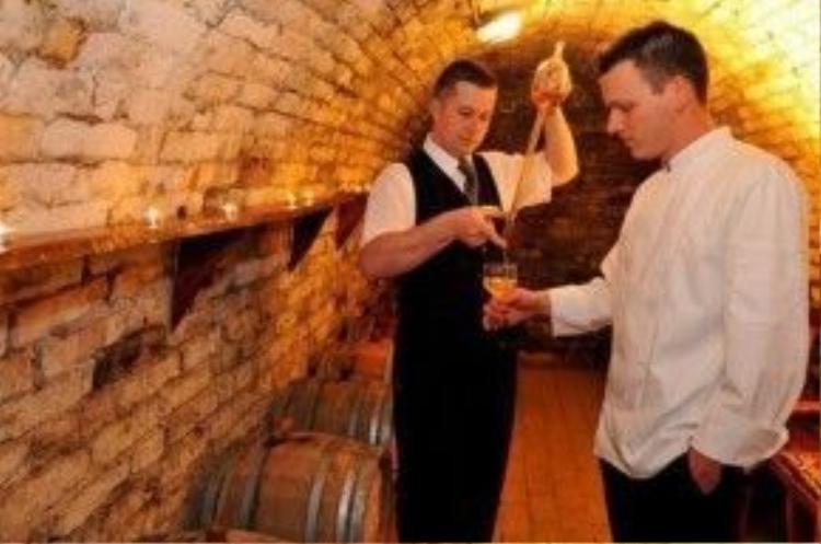 """""""Đặc sản"""" của lâu đài Fried là chương trình nếm rượu vang palinka, loại rượu truyền thống trứ danh của Hungary.Trên đồi nho, du khách có thể tổ chức dã ngoại, vừa hòa mình giữa thiên nhiên, vừa thưởng thức rượu vang và món thịt nướng tại lò nướng truyền thống ngay ngoài trời."""