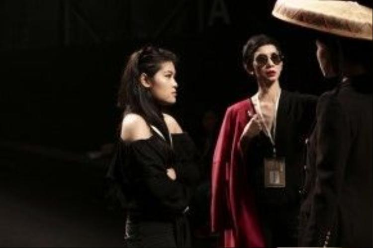 Siêu mẫu Xuân Lan cùng Stylist Hà Phương và Người mẫu Đông Hạ tại sàn diễn SHFW. Xuân Lan truyền đạt cảm hứng để người mẫu trình diễn đúng tinh thần của BST đặc biệt này.