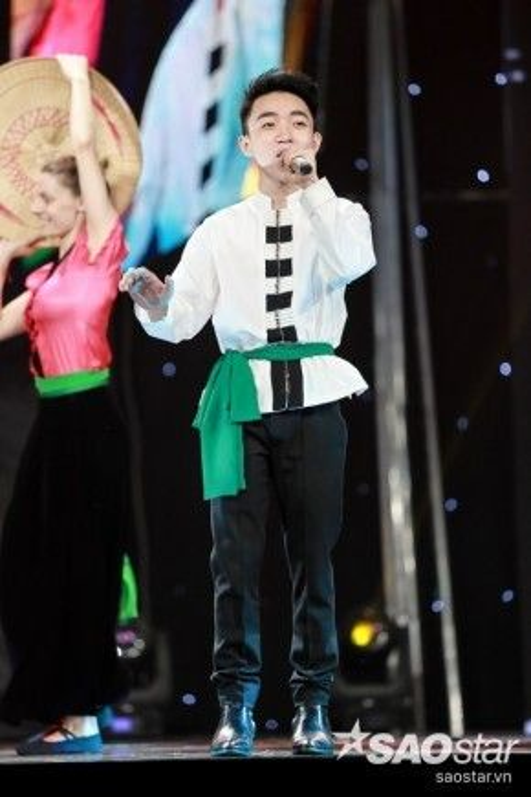 Hotboy 18 tuổi Trung Quang đến từ team HLV Đan Trường sẽ thể hiện Ngày đá đơm bông.