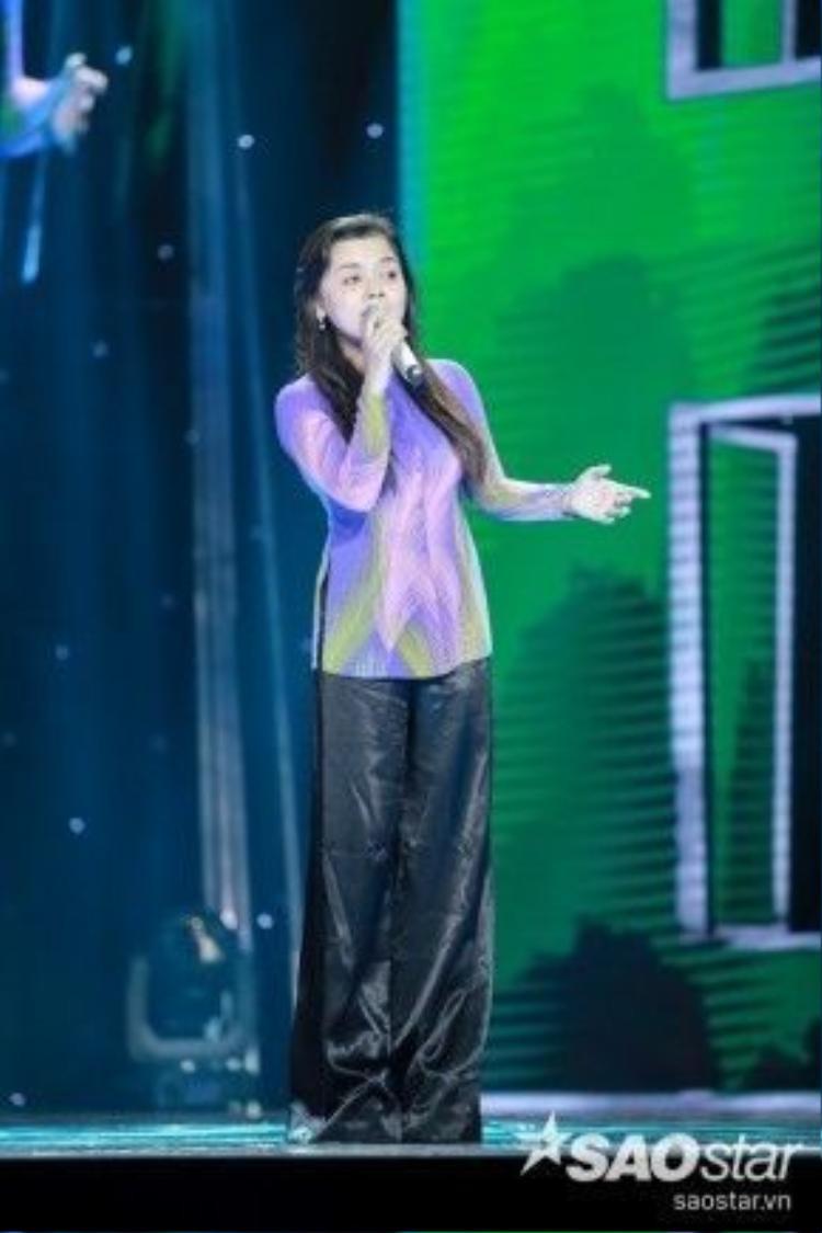 """Được cho là đêm thi sở trường của mình, cô nàng Hồng Quyên tiếp tục phát huy giọng ca """"ngọt như mía lùi"""" với Vọng cổ buồn."""