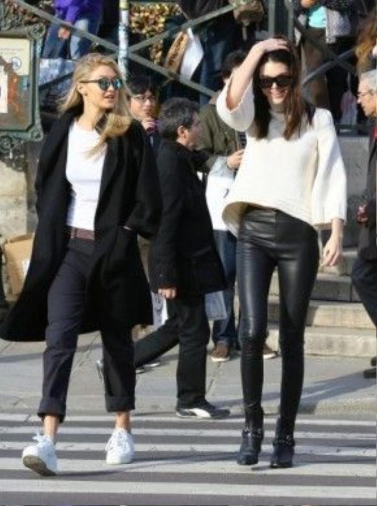 Bên cạnh đó, mẫu giày đế platform của thương hiệu Ash cũng được Gigi thường xuyên chọn cho trang phục dạo phố của mình.