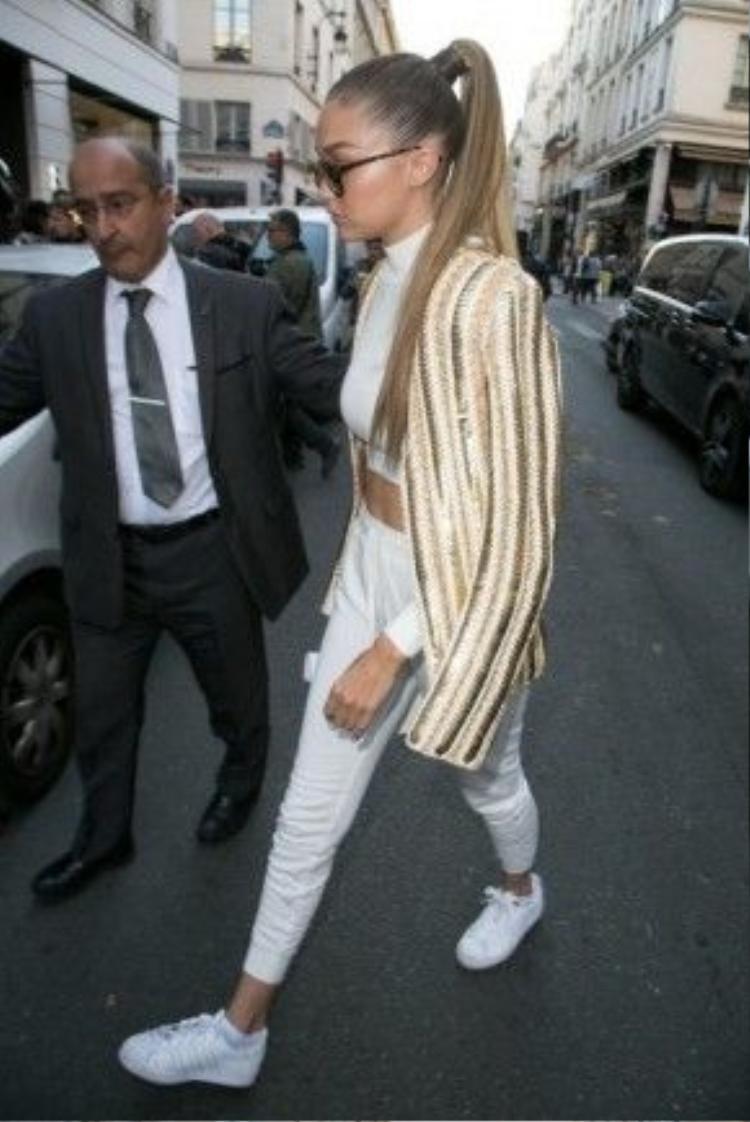 White-on-white là một kiểu phối đồ tối giản được Gigi thường xuyên áp dụng.