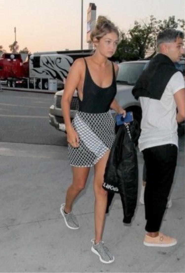 Đôi sneaker xám của Yeezy Boots rất được lòng của nàng mẫu Gigi Hadid.