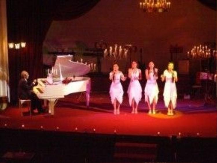 Nhóm 5 Dòng kẻ biểu diễn một ca khúc do chính ông sáng tác và đệm đàn trong một đêm nhạc của Nguyễn Ánh 9 tại phòng trà Đồng Dao.
