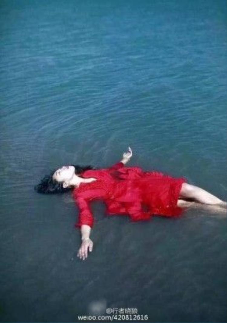 """Những bức ảnh """"mát mẻ"""" và """"thiếu vải"""" của cô gái tại hồ thiêng Tây Tạng"""