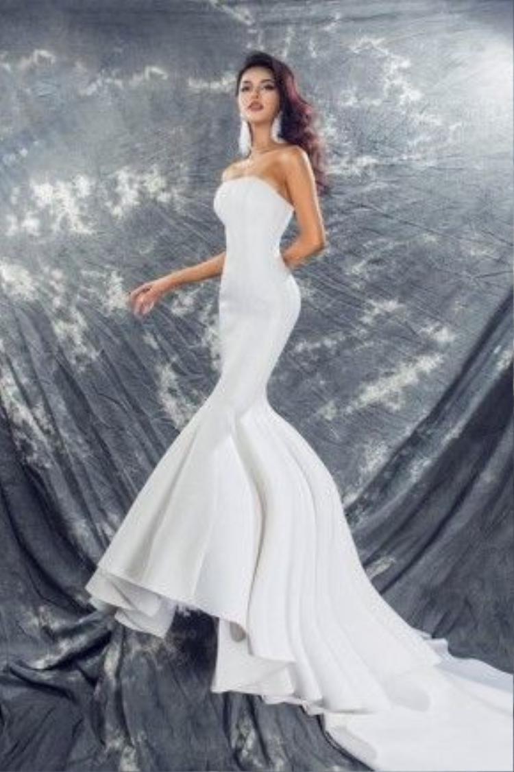"""Chiếc váy được Khả Trang diện """"đem chuông đi đánh xứ người""""."""