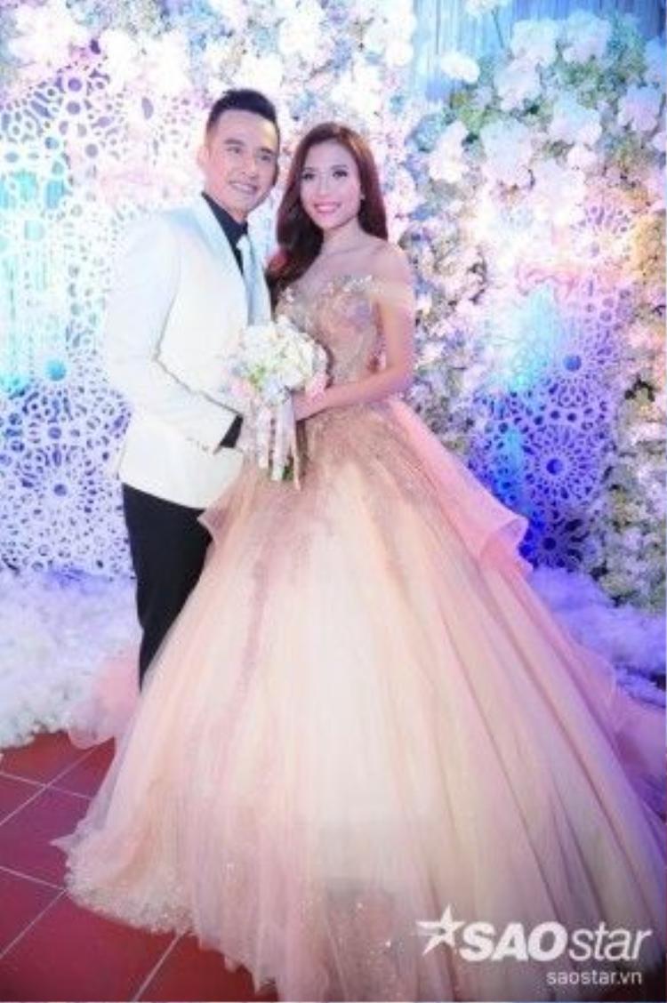 Trong bộ váy cưới được thiết kế cầu kỳ và tinh tế, Thúy Diễm như một nàng công chúa.