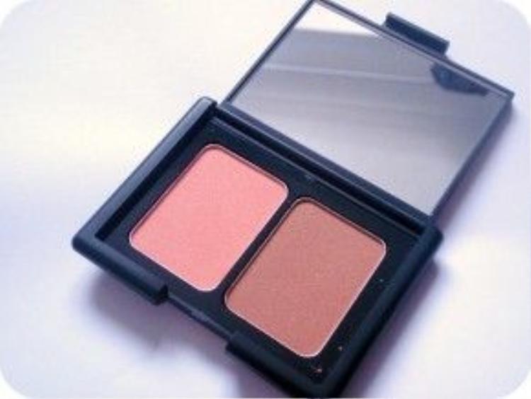 Mỹ phẩm giá rẻ là má hồng tạo khối dạng phấn E.L.F. Studio Contouring Blush & Bronzing Powder được nhiều chị em ưa chuộng