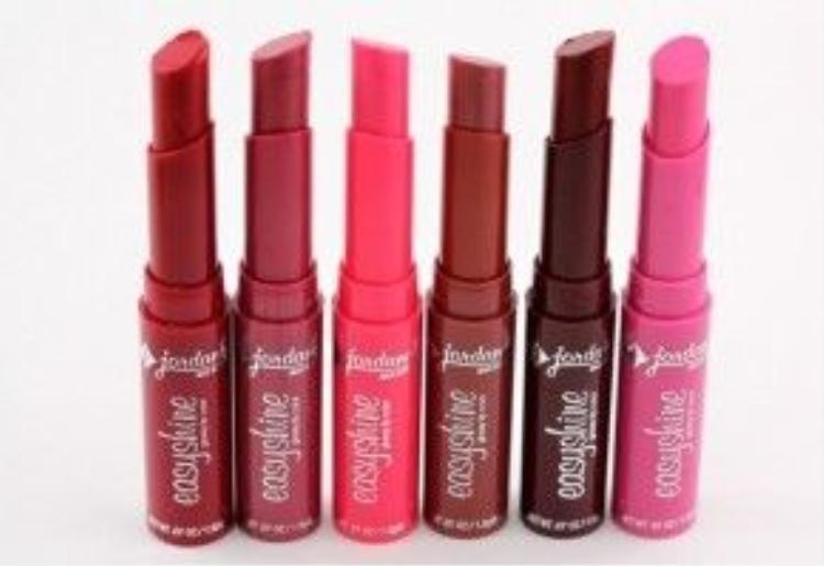 Dưỡng và làm mềm môi, chống thâm môi với son dưỡng bóng môi Easyshine Glossy Lip Color của Jordana, giá 45 ngàn đồng.