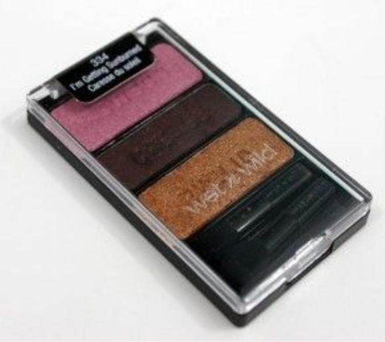 Phấn mắt Color Icon Eyeshadow Trio của Wet n Wild là set mỹ phẩm giá rẻ gồm 3 tông màu dễ dàng phối màu, giá 64 ngàn đồng.