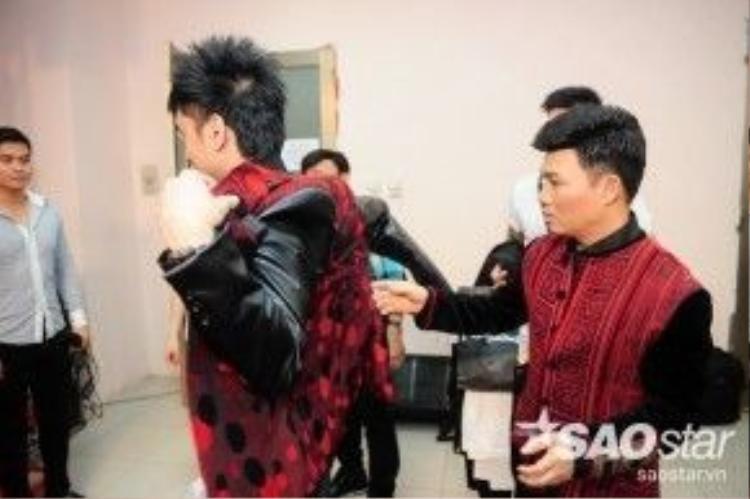 Theo Quang Linh Đan Trường nên diện chiếc áo vest màu đỏ nổi bật và nam tính.