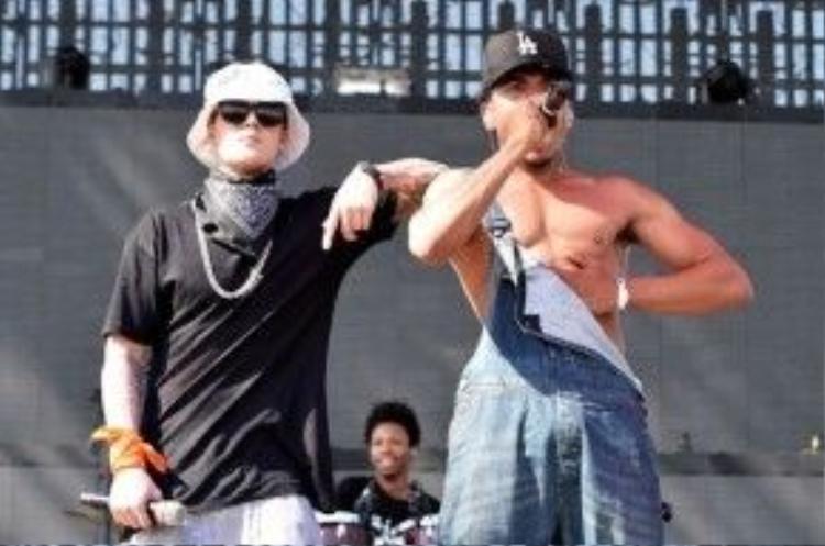 Justin Bieber khiến fan la hét không ngừng khi xuất hiện bất ngờ và chơi cả popping giữa phần trình diễn của Chance The Rapper (Coachella 2014)