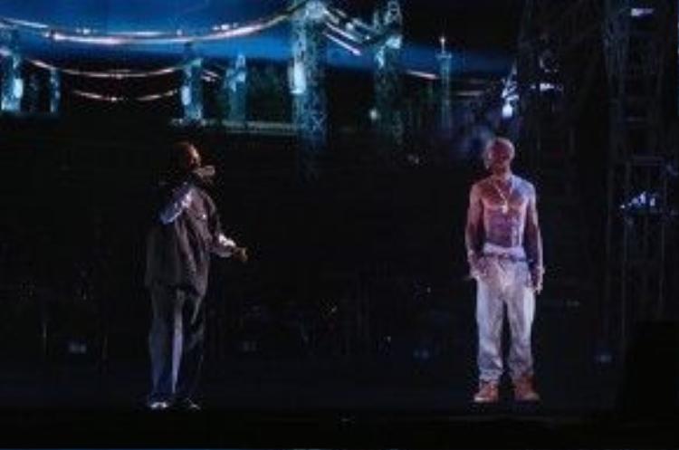 Còn đây là phần trình diễn được Billboard bình chọn là hay nhất của Coachella 2012: Song ca của Snoop Dogg và Dr. Dre với 'Gin and Juice', 'Nuthin But a 'G' Thang', 'Still D.R.E'. Tựa như một show diễn đỉnh cao của hip-hop vậy!