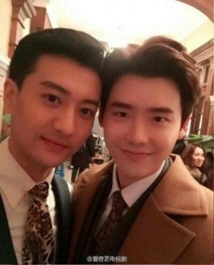 Lee Jong Suk vui vẻ tại phim trường