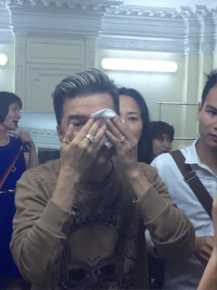 Đàm Vĩnh Hưng bất ngờ gặp tai nạn chảy máu mắt trên sân khấu