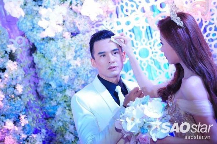 Lương Thế Thành  Thúy Diễm liên tục hôn nhau trong tiệc cưới