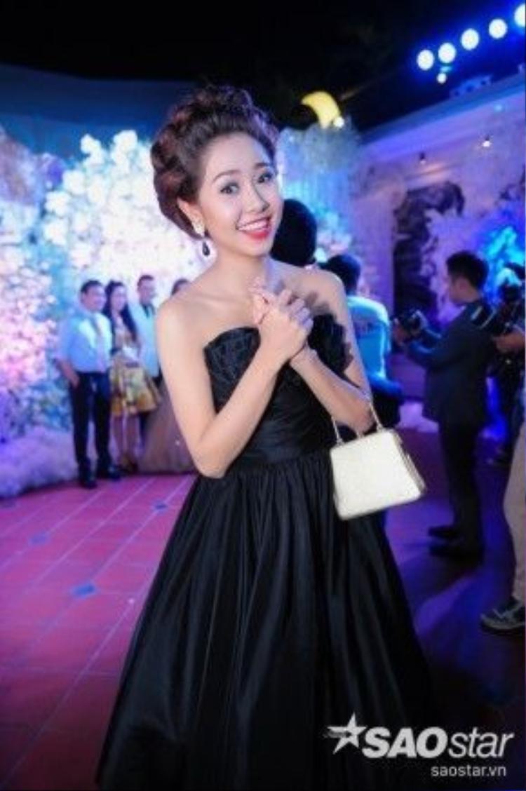 Nữ diễn viên xinh đẹp là người bạn nhiệt tình tham gia cả hai tiệc cưới của cặp đôi mới.