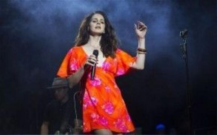 Nữ hoàng nhạc 'thảm' Lana Del Rey cũng trở thành cái tên không thể quên được tại Coachella 2014 với phần trình diễn 'Born To Die', 'Blue Jeans', 'Video Games'.